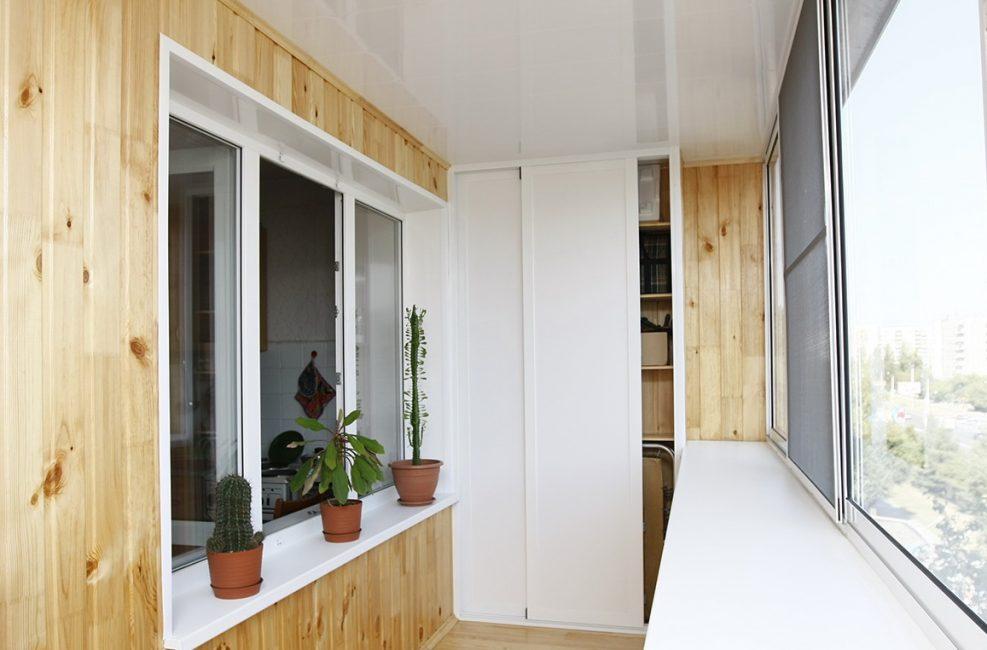 Задняя стенка не должна касаться стены балкона