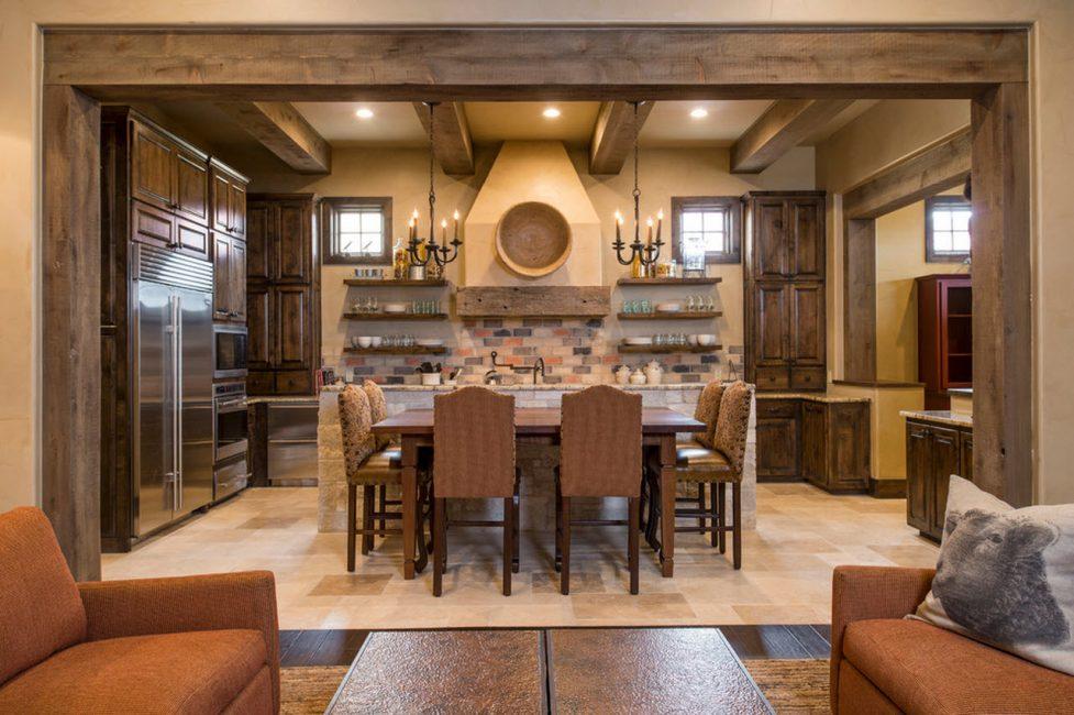 Большая кухня с обеденным столом