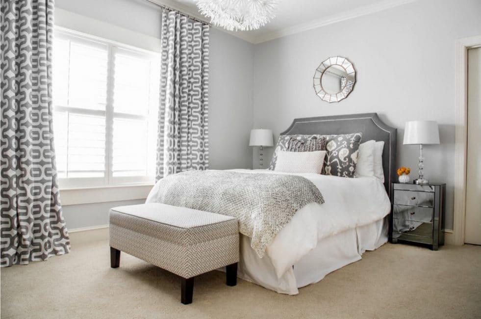 Сочетание фактуры ткани на подушках и шторах