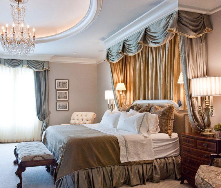 Сочетание штор над кроватью и на окне