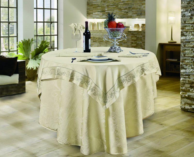 Для сервировки вместе со скатертями используют салфетки