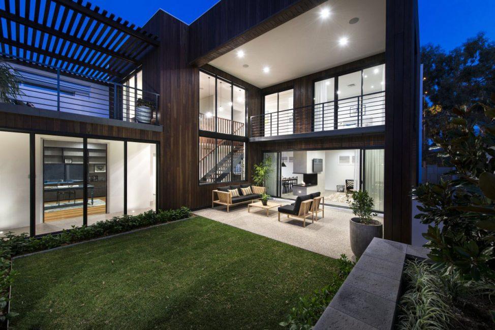 В домах такого стиля ставят большие окна простой формы