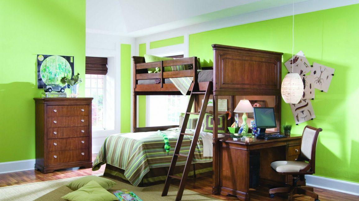 Холодные оттенки зелени в декоре стен зрительно раздвигают пространство
