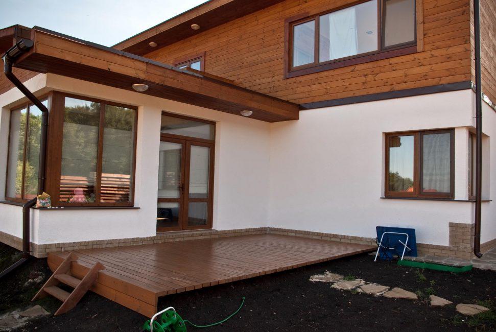 Деревянные фасадные панели делаются либо из вагонки, либо из планкена