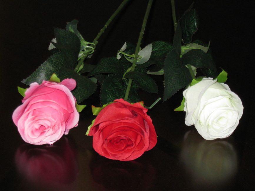 Искусственные розы – отличный вариант украшения дома