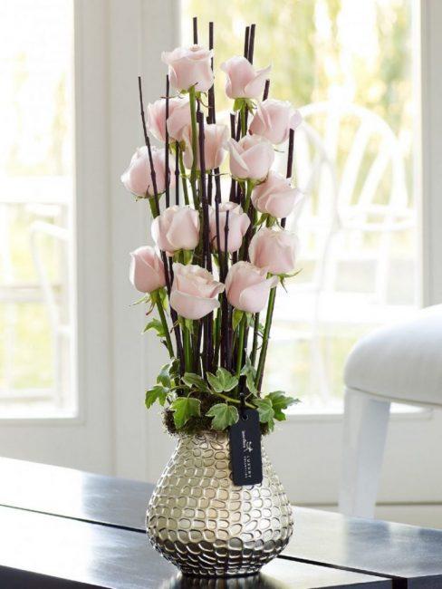 Стильный букет с розовыми бутонами