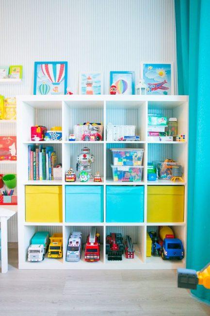 Организация места в детской комнате для игрушек и книг