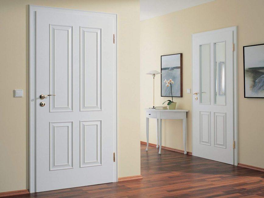 Филёнчатые двери в интерьере прихожей