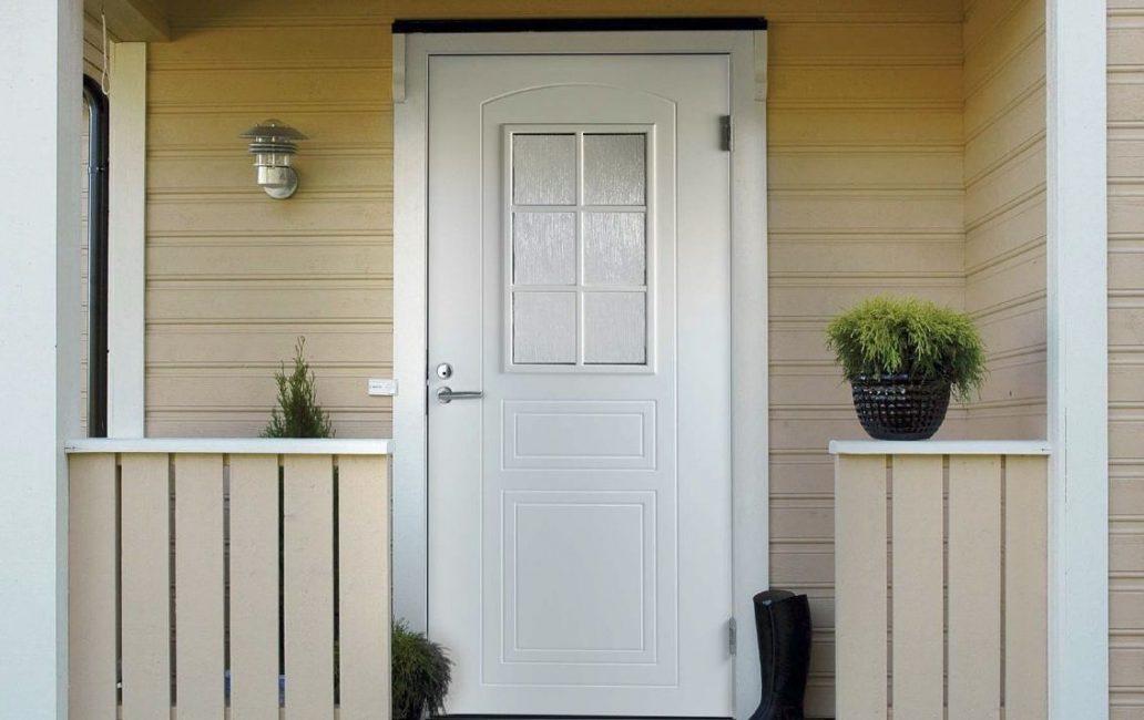 Входные белые двери всегда смотрятся богато и красиво