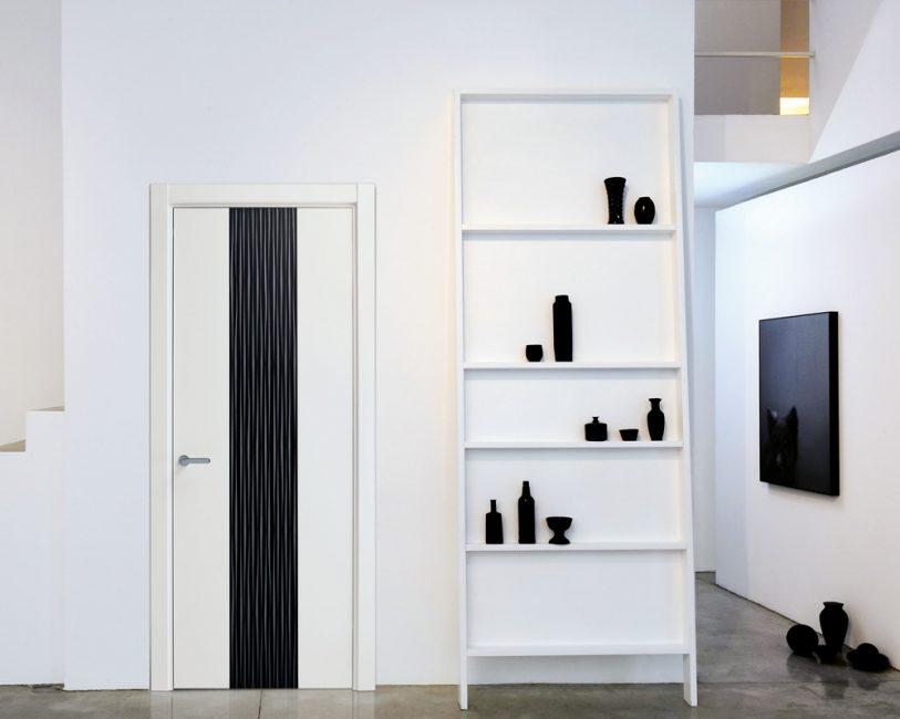 Двухцветная дверь гармонично вписывается в интерьер
