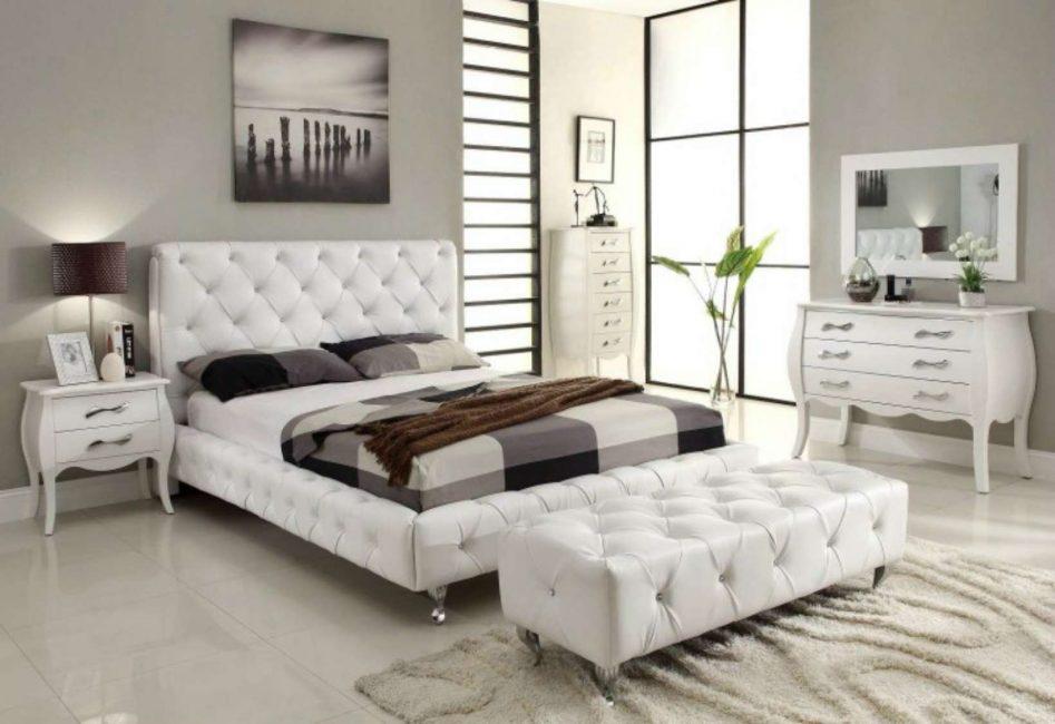 Классическая спальня с белой мебелью