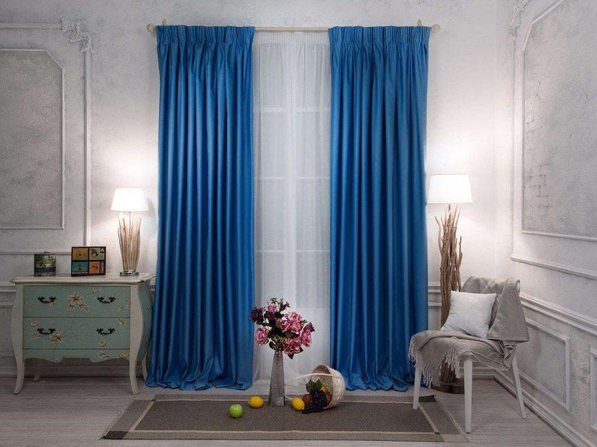 Голубые шторы из дорогих тканей