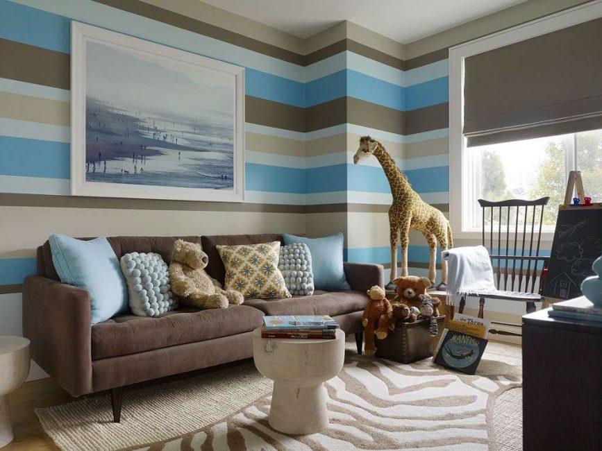 Коричнево-голубой принт в гостиной