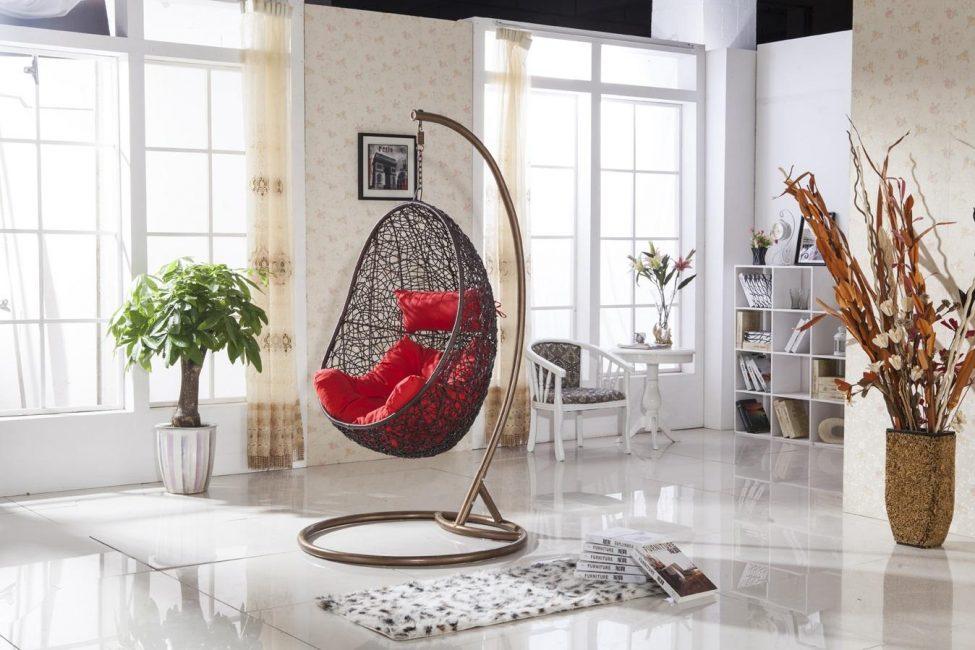 Кресло с опорой легче установить в помещении