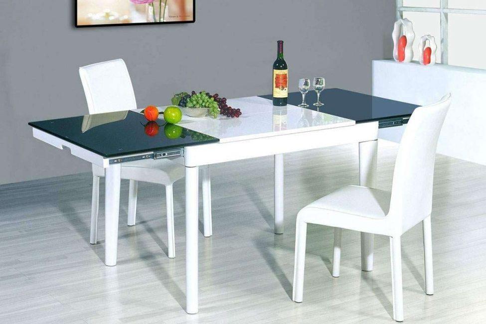 Такие столы отлично смотрятся в классическом интерьере