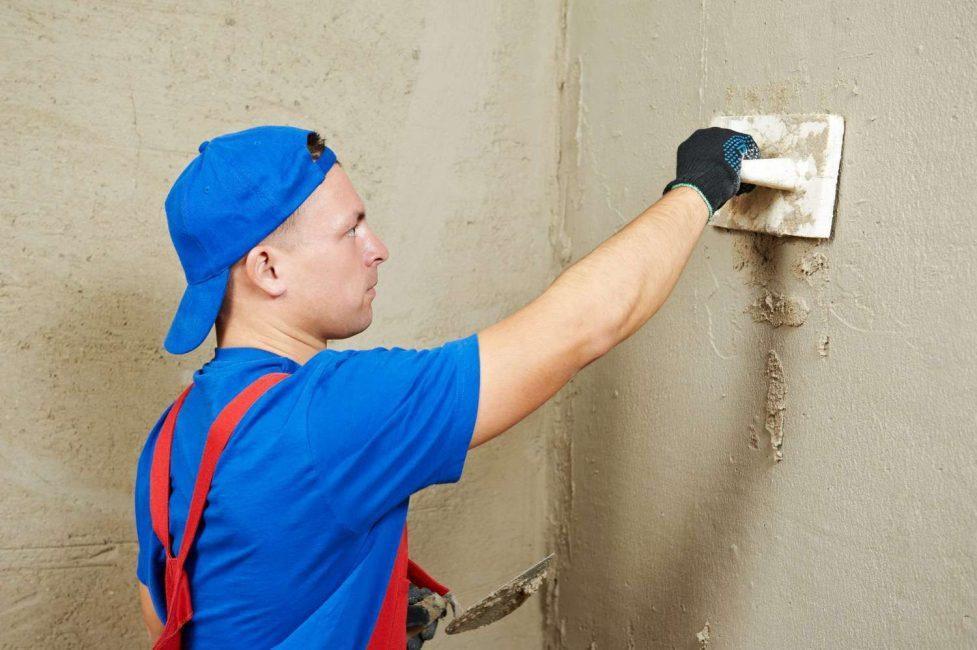 Для надобности стены штукатурят цементным раствором