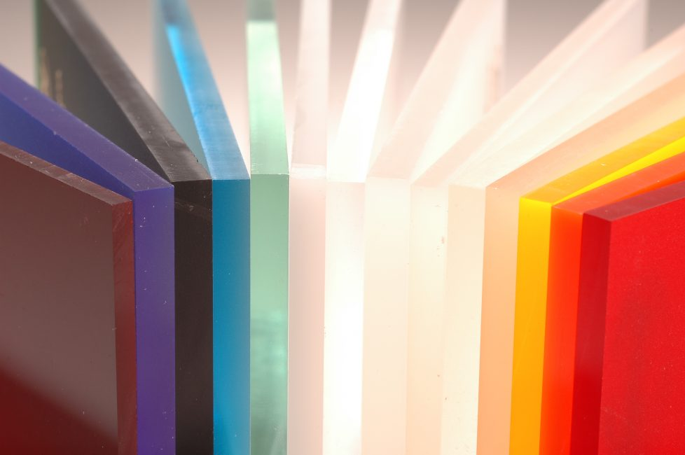 Акриловое стекло похоже на обычный пластик