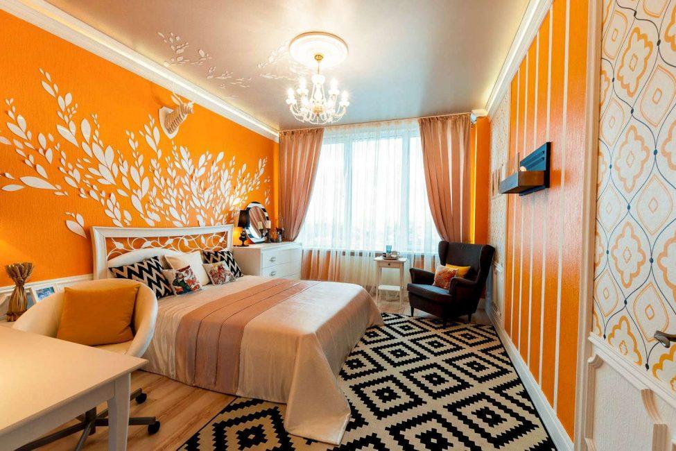 Насыщенный цвет можно легко разбавить подушками