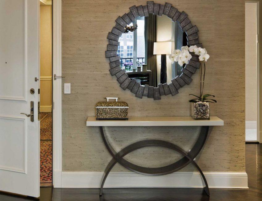 Зеркало отличается по форме и размеру