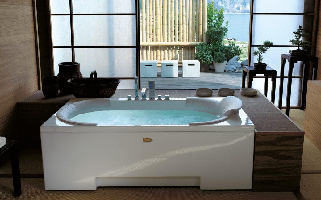 Стильный вариант большой ванной