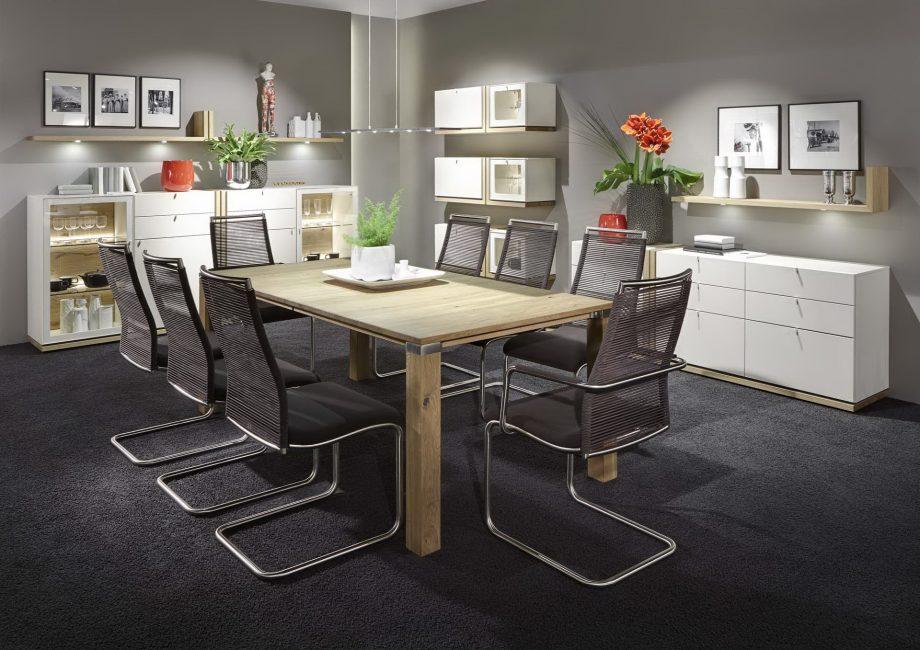 Деревянный стол для большой семьи