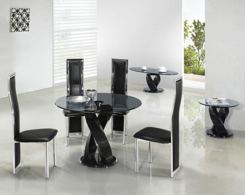 Черная мебель в сочетании с белыми стенами