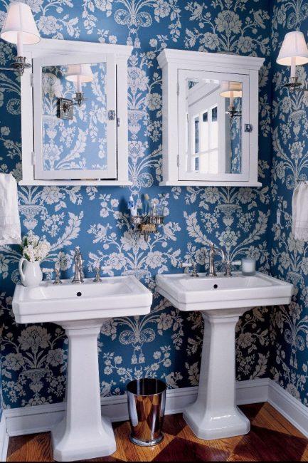 Синий цвет изделия в сочетании с белым