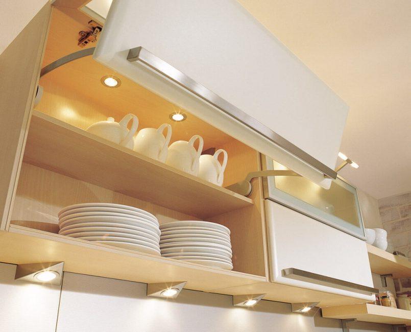 Подобная подсветка служит украшением кухни