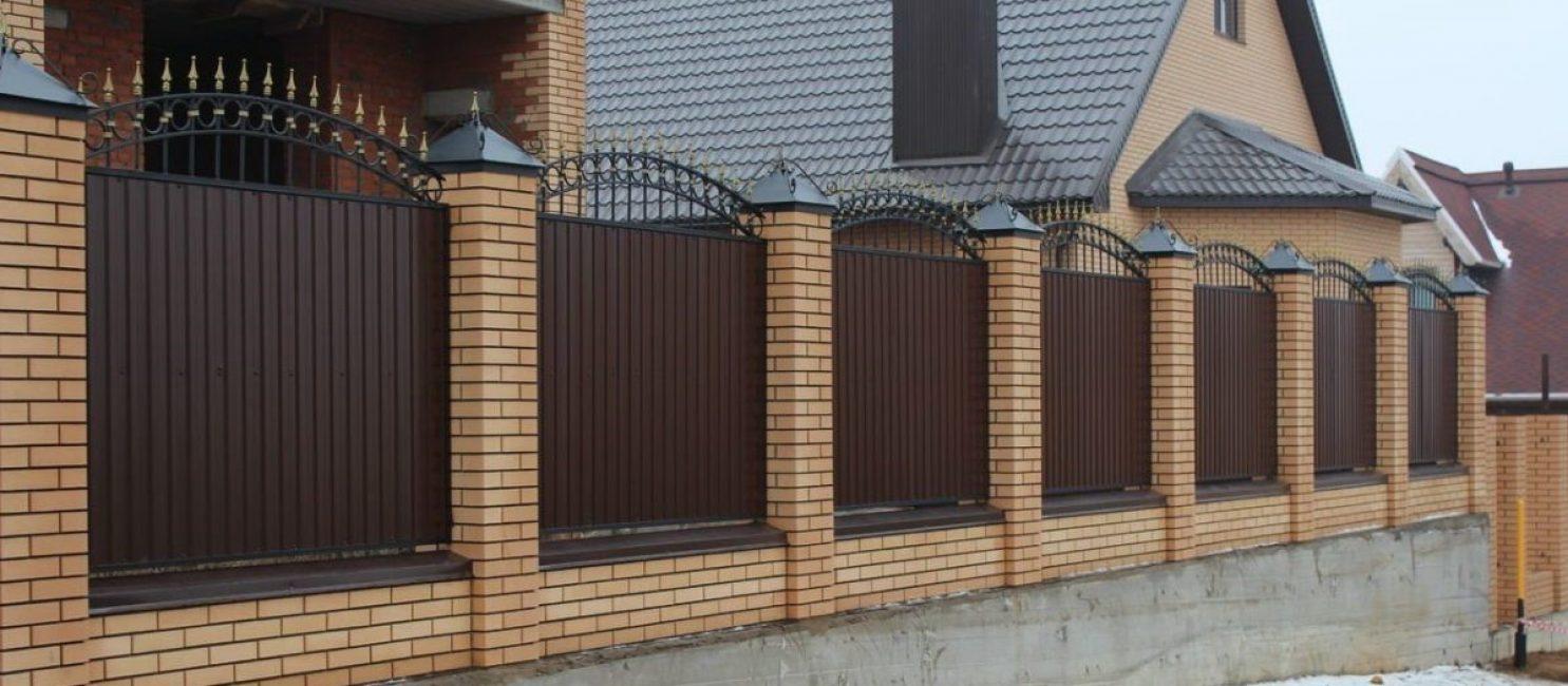 Забор можно украсить кованым металлом
