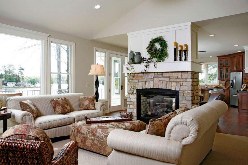 Содержит много традиционной мебели
