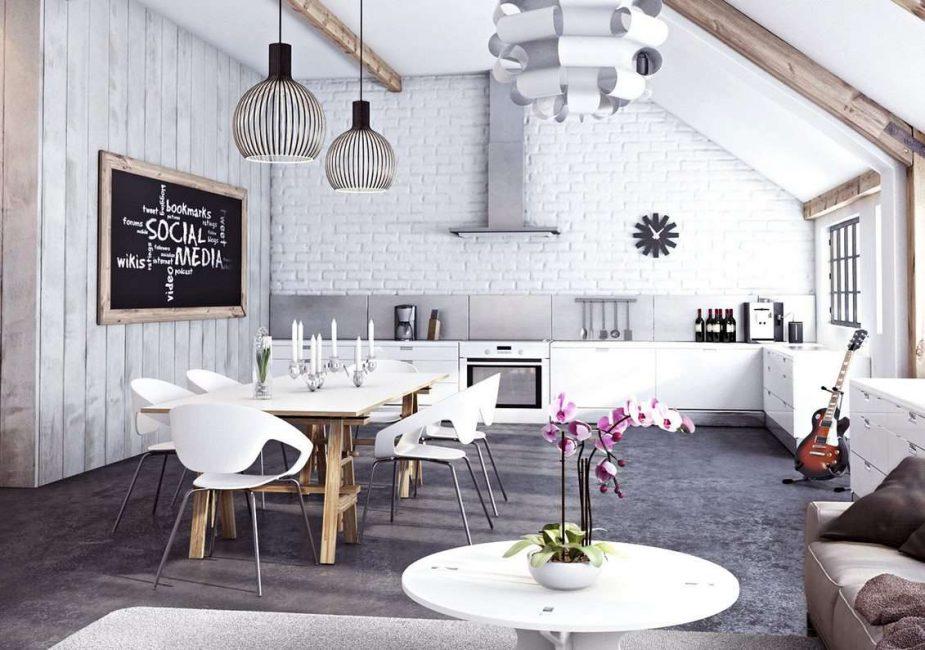 Белая стена на кухне