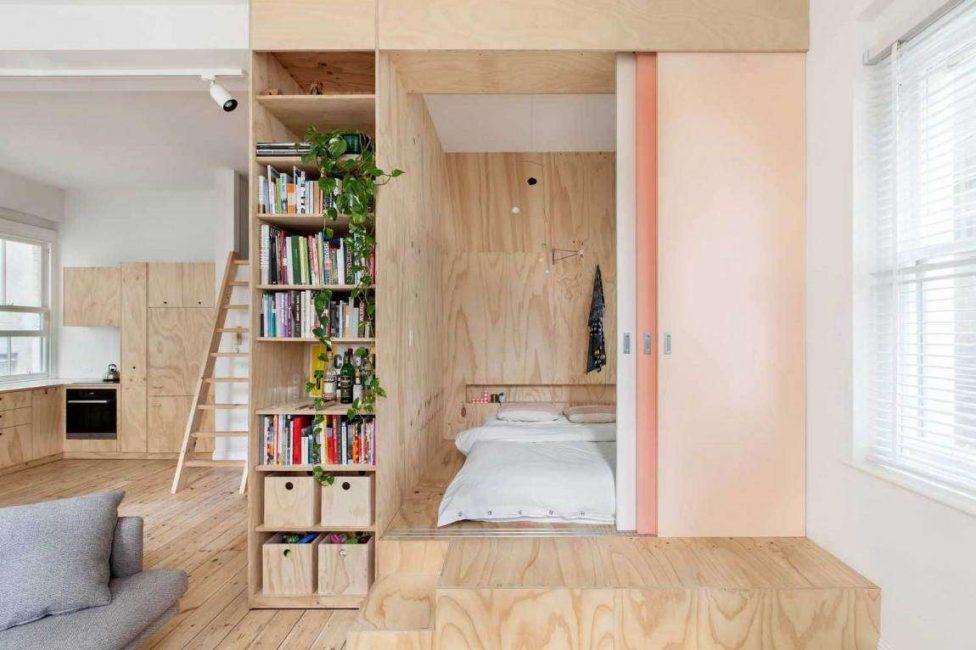 В маленьких квартирах подиум лучше делать невысоким