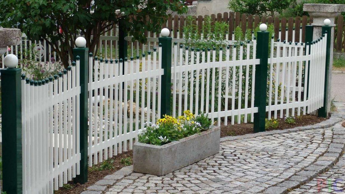 Изящный бело-зеленый забор