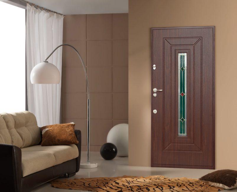 Двери со стеклом выглядят гораздо лучше, чем двери с цельным полотном