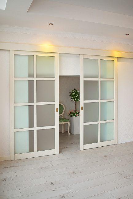 Раздвижные двери в светлом цвете