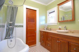 Двери в туалет и ванную - Какие Лучше? 170 Вариантов для Вашего выбора (стеклянные, пластиковые, раздвижные)