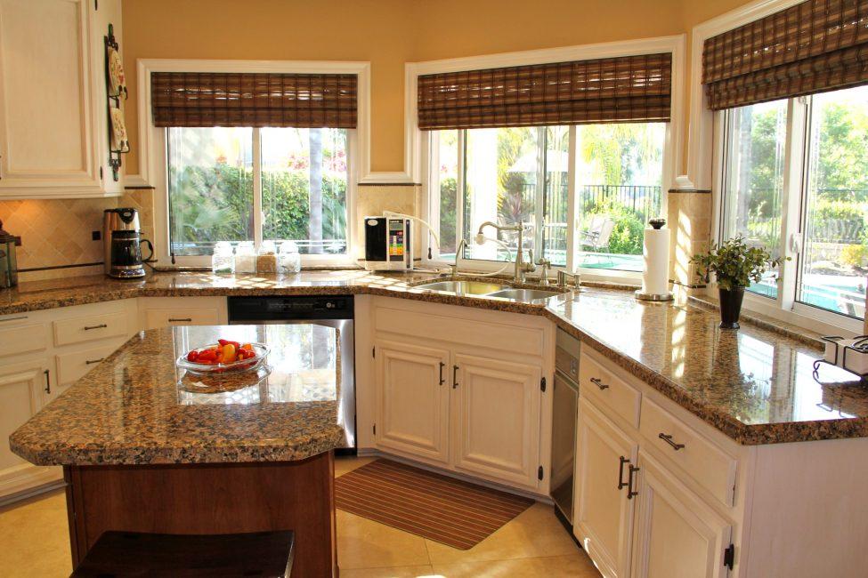 Такие окна наполняют кухню светом
