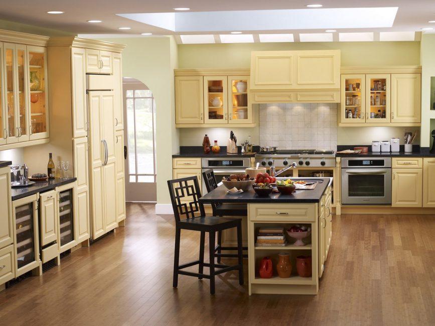 Светлая большая кухня в частном доме