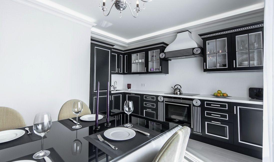 Угловая кухня со шкафами