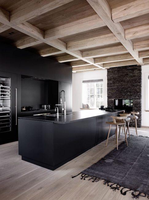 В сочетании с деревянными балками на потолке