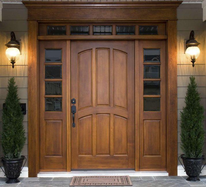 Для входных дверей используют либо щитовые конструкции, либо цельный массив