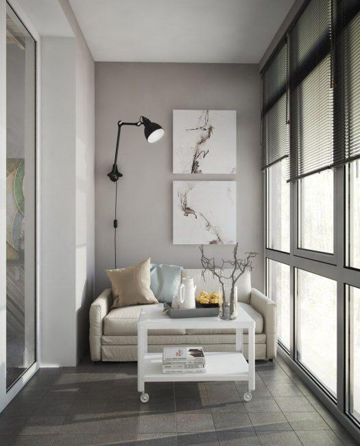 Для балкона хорошо подойдут рулонные шторы или жалюзи