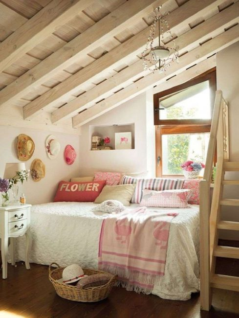 Кровать лучше ставить возле стены