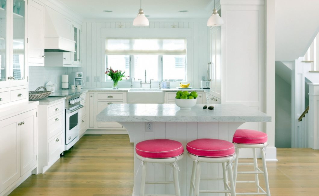 Белый цвет комнаты с яркими элементами