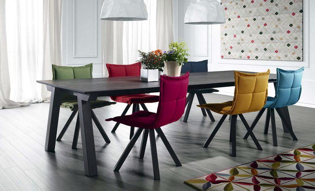 Яркий акцент в виде разноцветных стульев