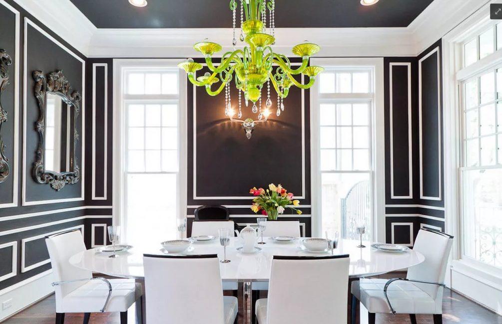 Белая гостиная с белым плинтусом