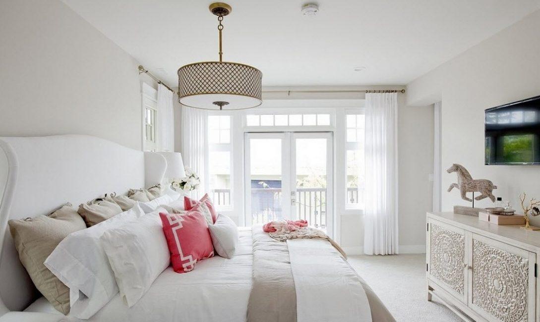 Для спальни лучше выбирать со светлыми торшерами
