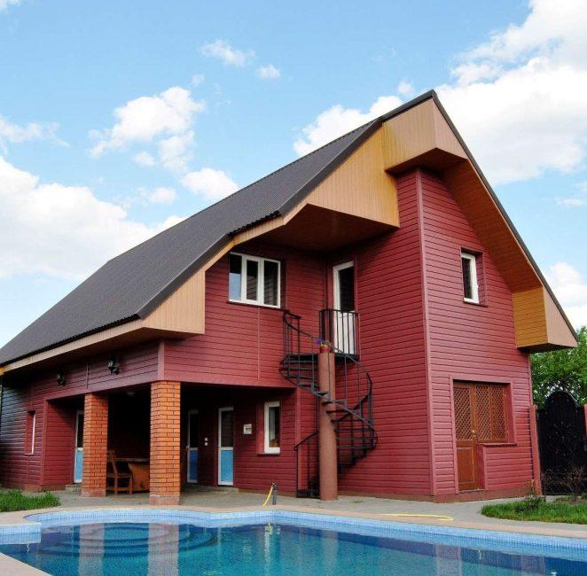 С горизонтальной укладкой дом кажется шире