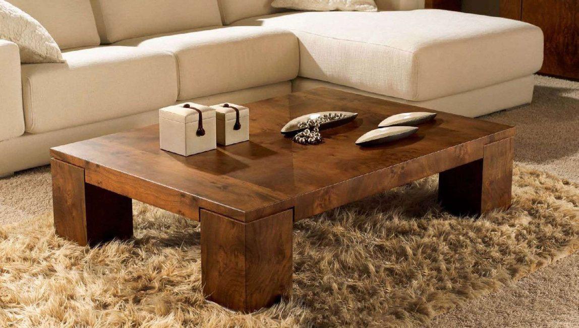 Интерьер с журнальным столиком из дерева