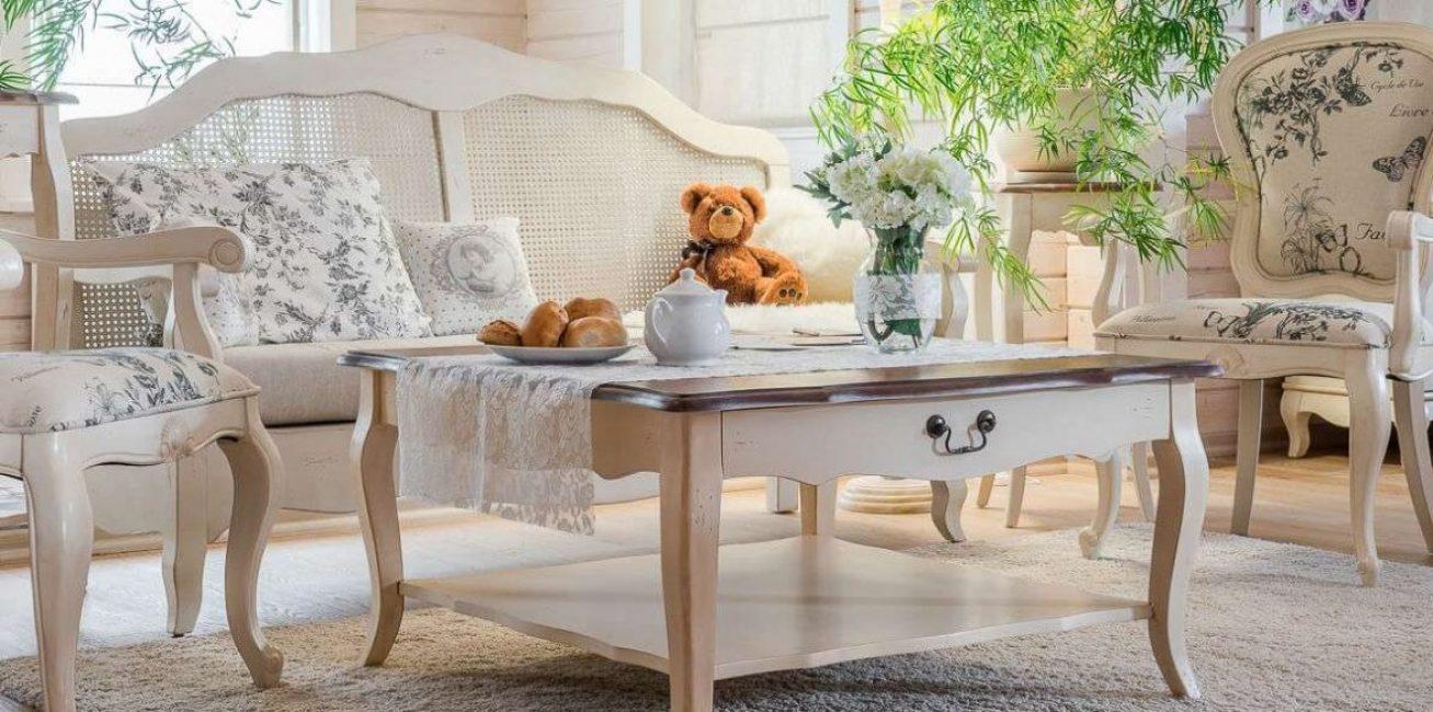 Столик должен гармонировать с мебелью в комнате